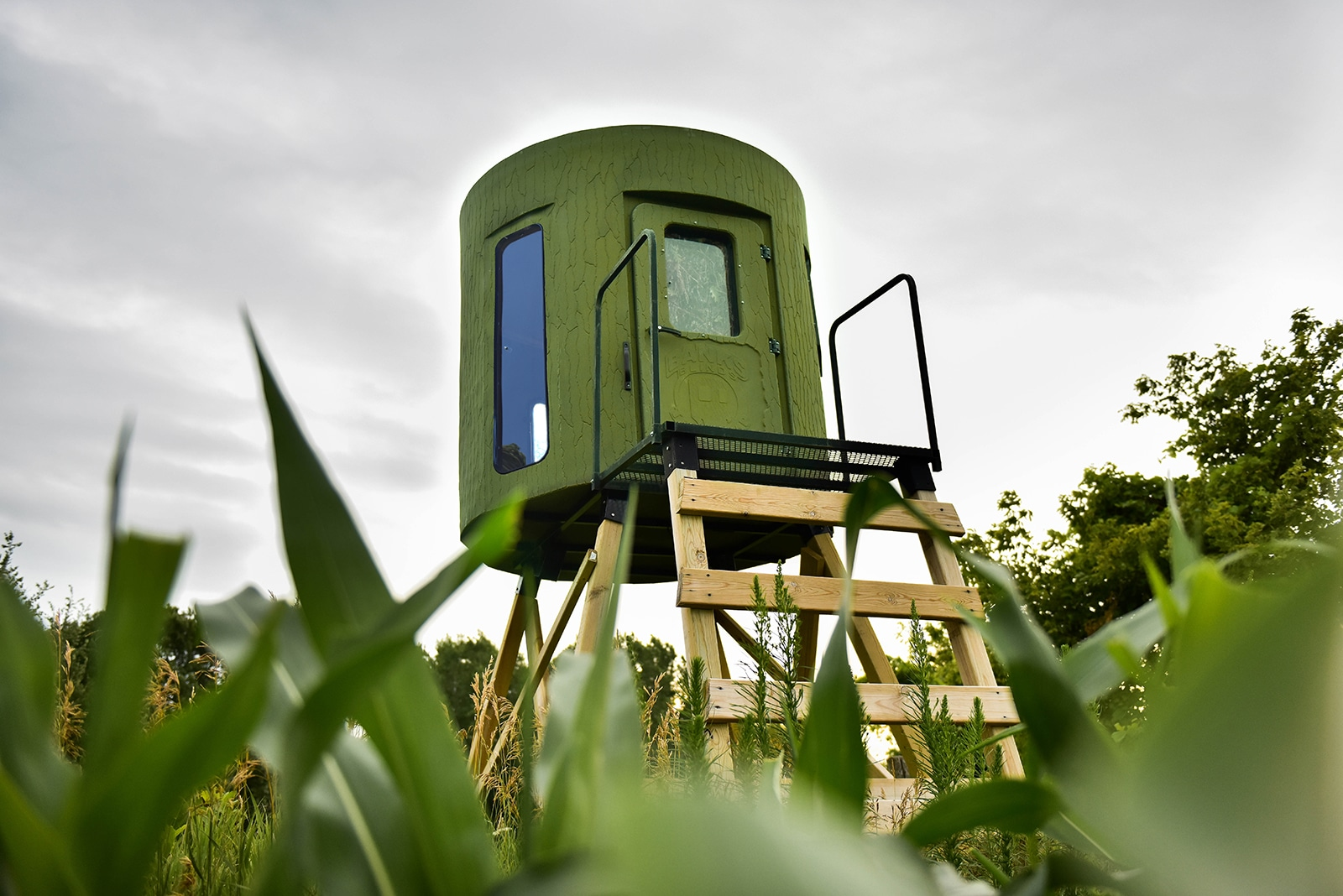 By concealing your deer blind among grass or crops, you can reach it undetected.